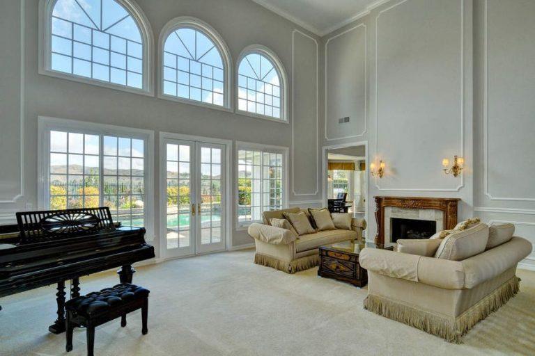 A sala de estar tem um bonito piano