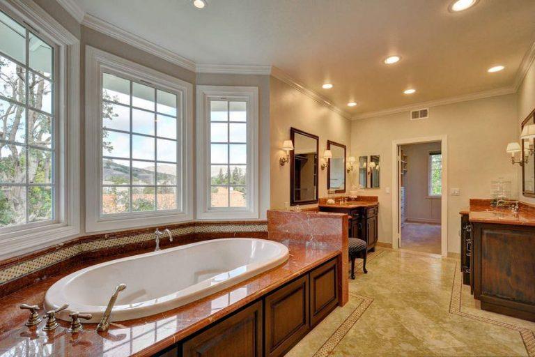 A casa tem quatro casas de banho