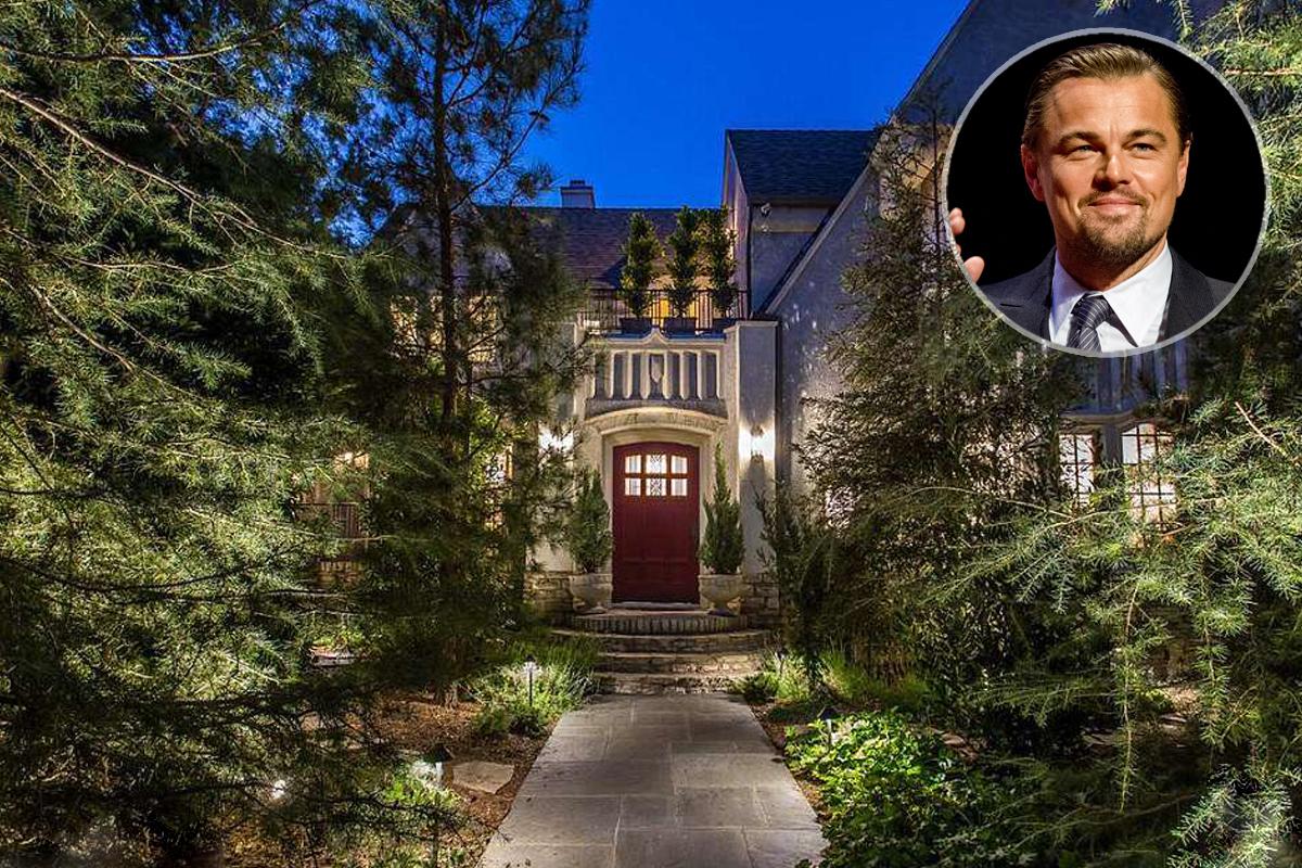 O exterior da casa iluminado
