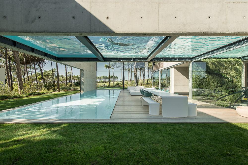 Duas piscinas transparentes