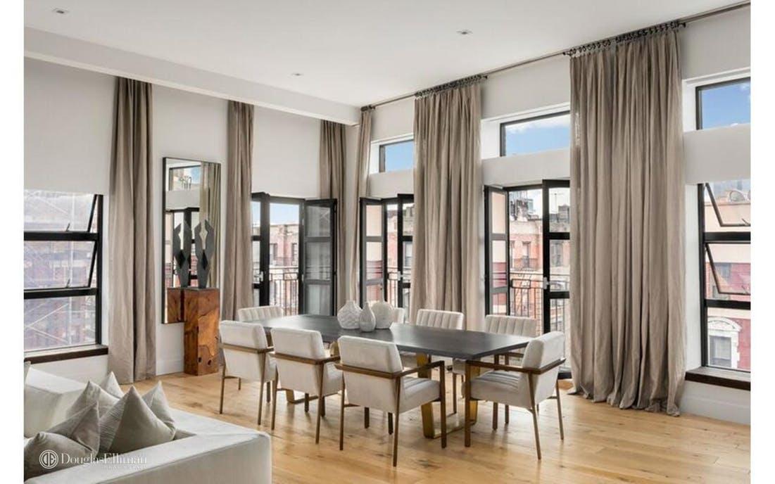 Uma sala gigante com vista para Manhattan