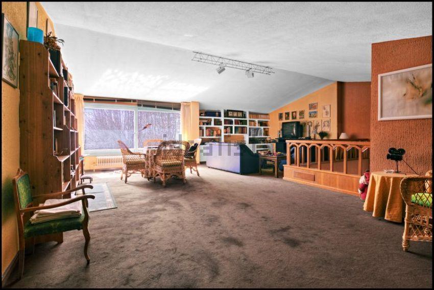 Uma grande sala de estar...