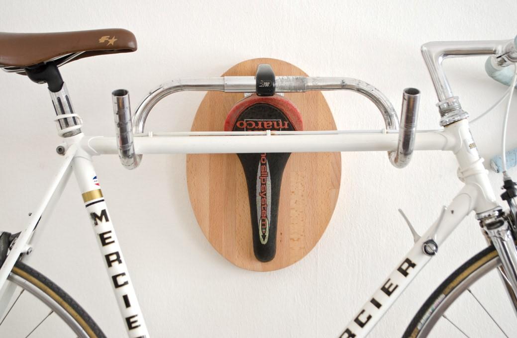 4- Cabides feitos de bicicletas antigas