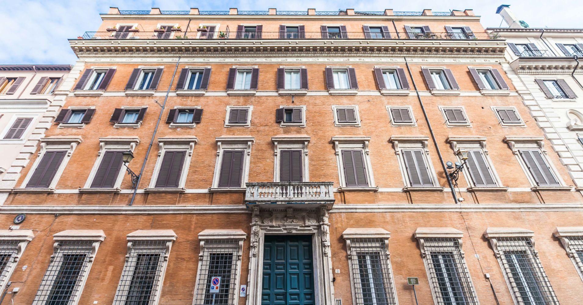 Está localizada na Piazza Di Campitelli, perto do Coliseu de Roma