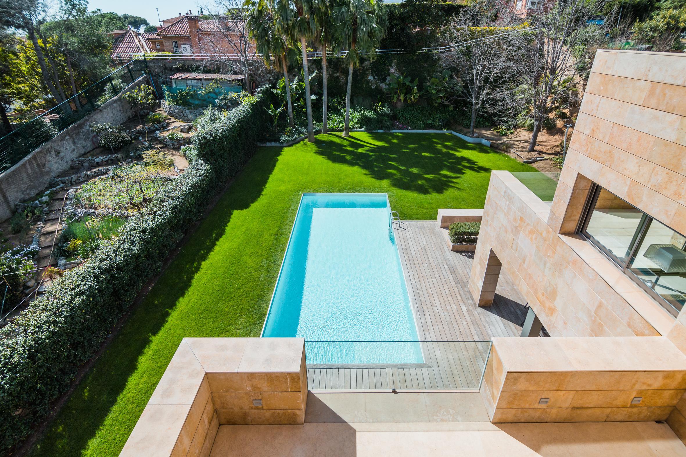 Um jardim com piscina