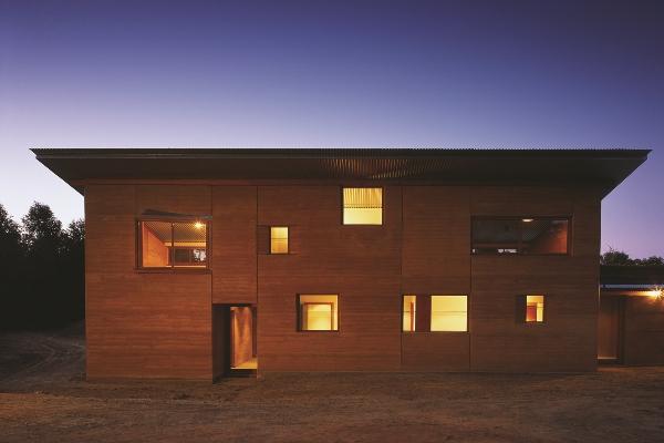 Casa eco-eficiente em terra / muriqui assu