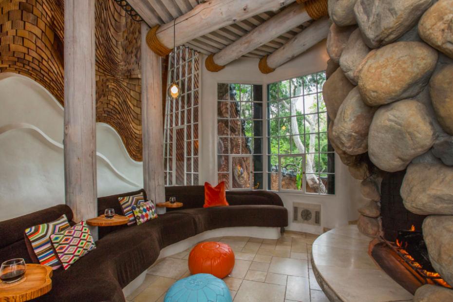 A casa privilegia a utilização de madeira e pedra