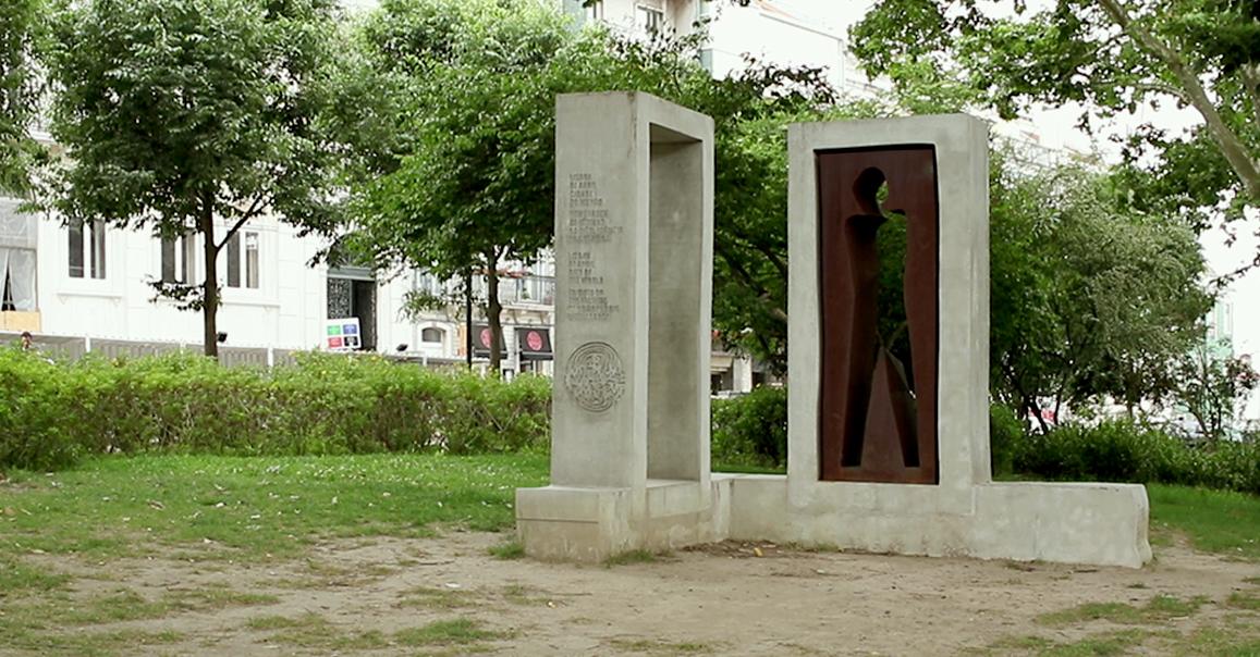 O memorial às vítimas de homofobia inaugurado em 2017, no jardim do Príncipe Real