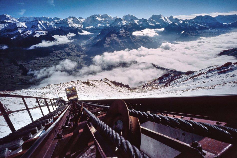 Escadas paralelas à via férrea de Niesen, Suíça