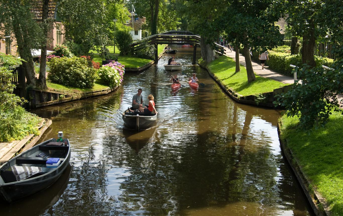 Os habitantes movimentam-se através de barco ou canoa