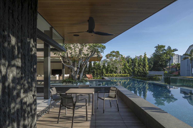 A parte inferior da casa, com uma piscina de horizonte infinito.