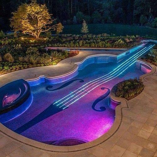 Uma piscina em forma de violino
