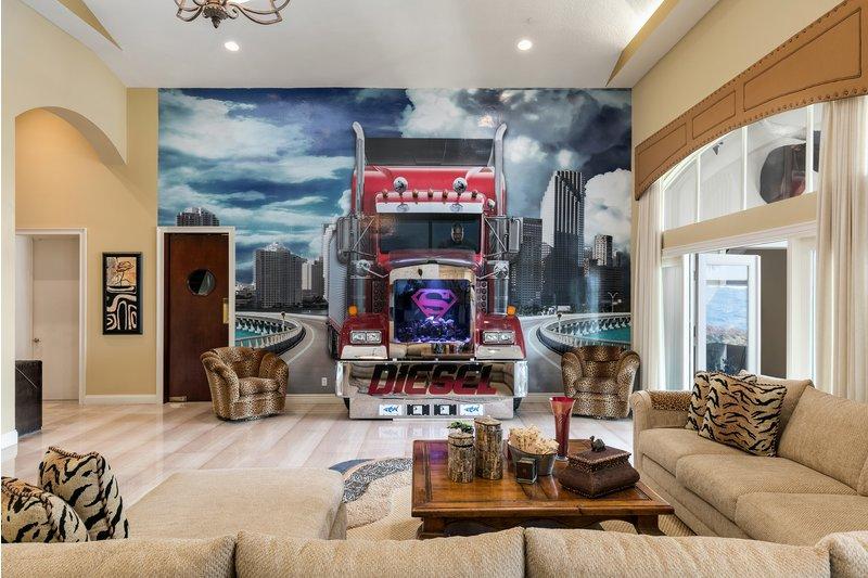 Um camião a entrar dentro da sala...