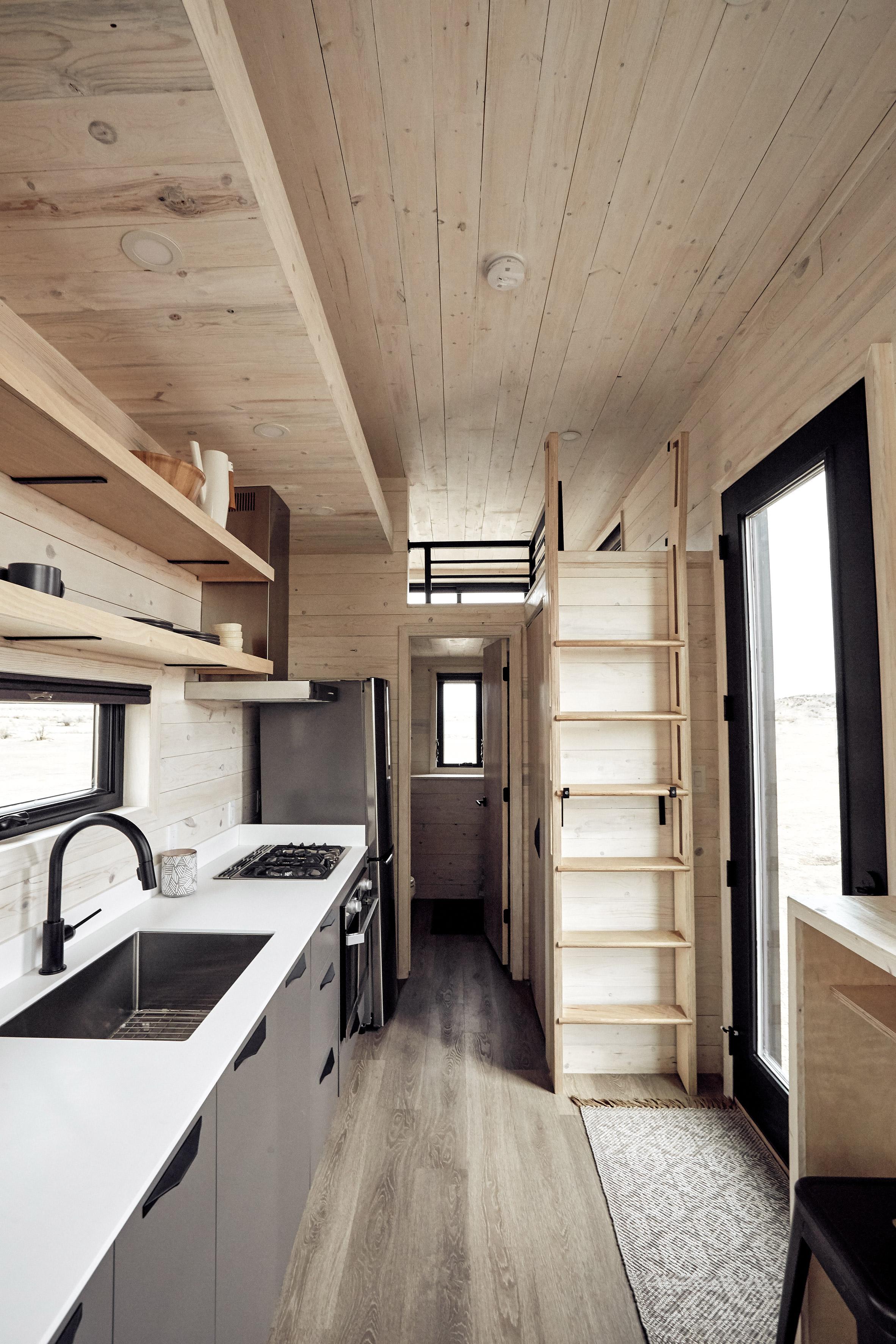 O interior é feito com madeira de pinho branco