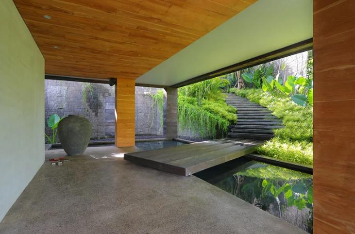 Um lago e jardim interiores
