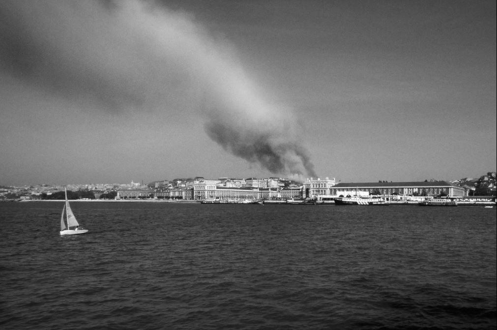 """Foto do livro """"O Grande Incêndio do Chiado"""" via Público"""