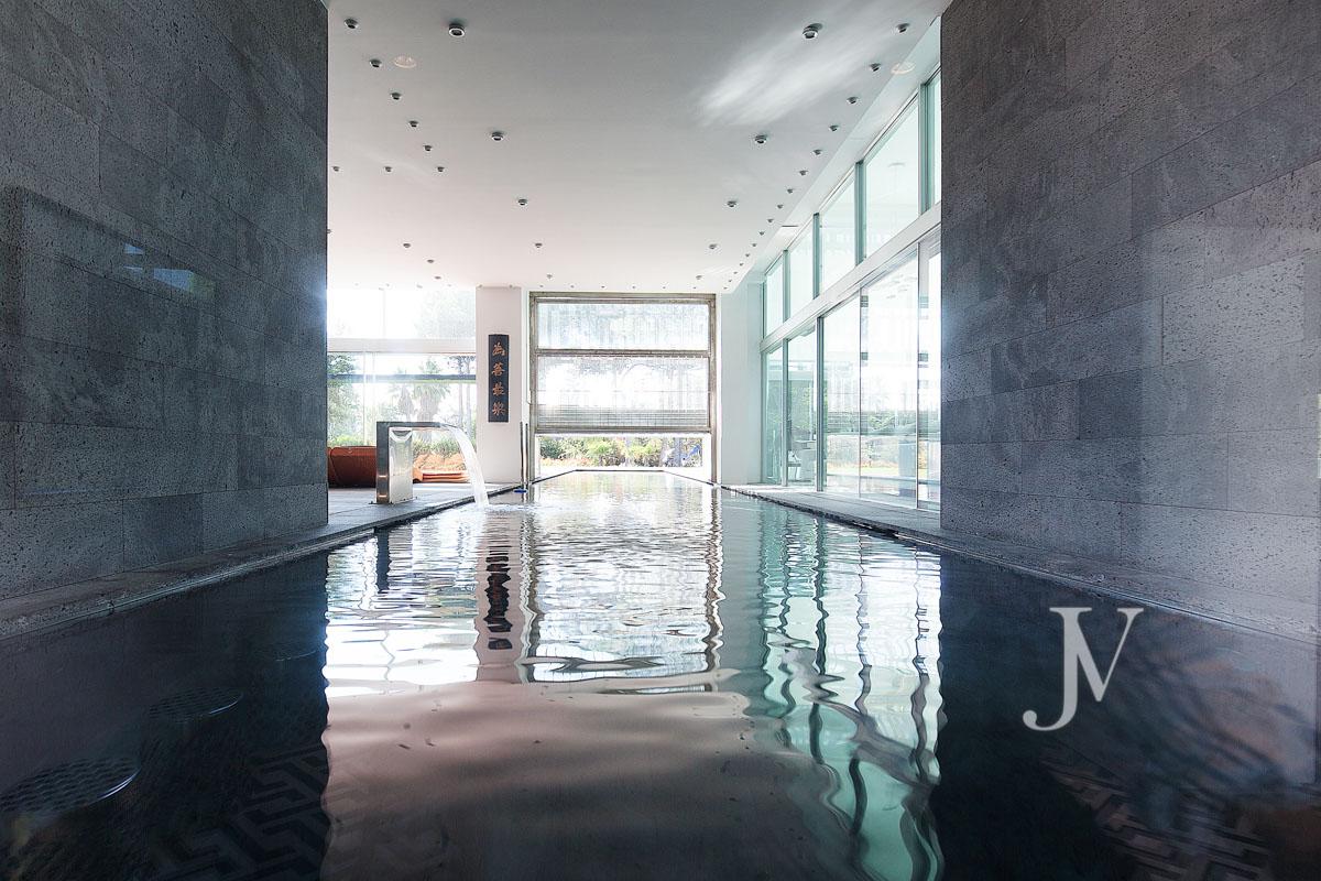 A casa encontra-se num terreno com 10.000 m2