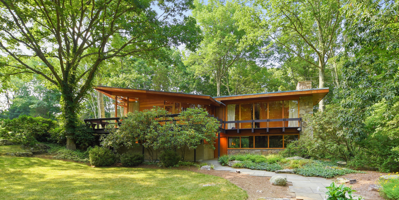 A casa está rodeada de espaços verdes