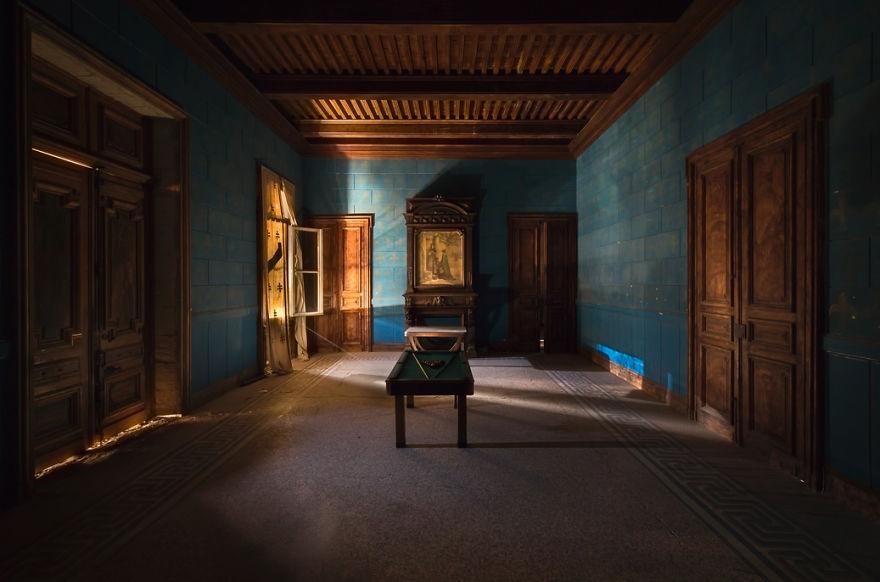 Um quarto azul com mesa de bilhar