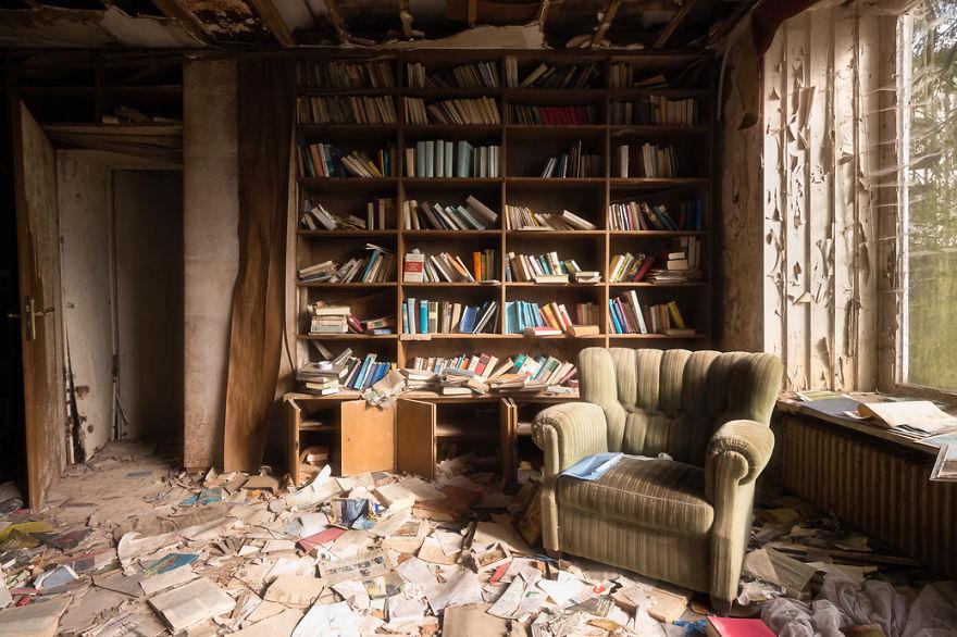 O pó acumula-se nesta velha biblioteca