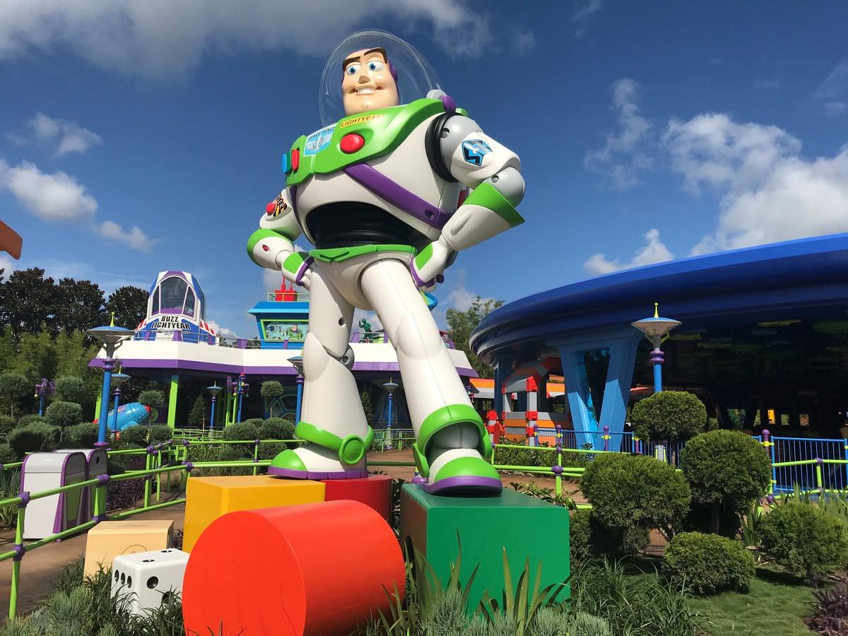 Uma estátua de Buzz Lightyear