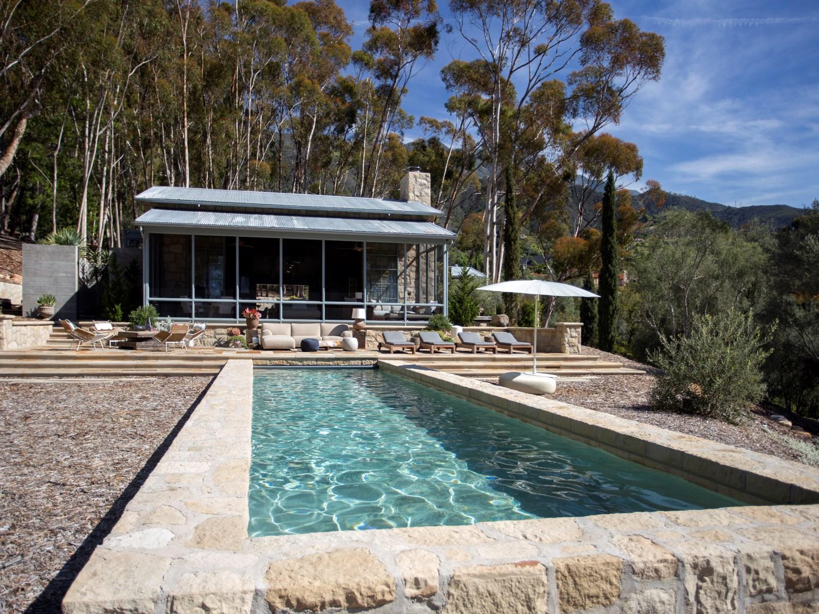Uma piscina rodeada de natureza