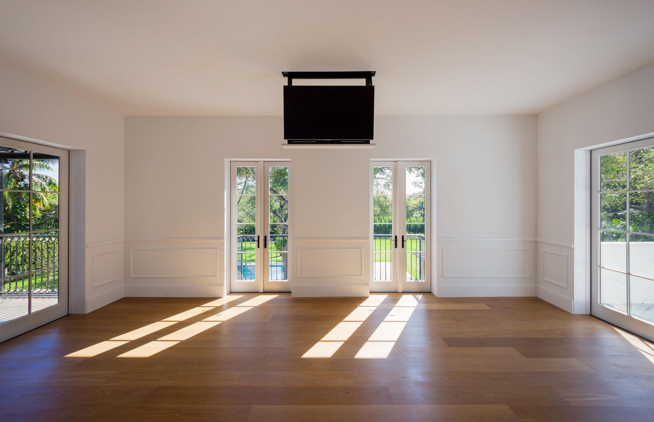A televisão... escondida no teto