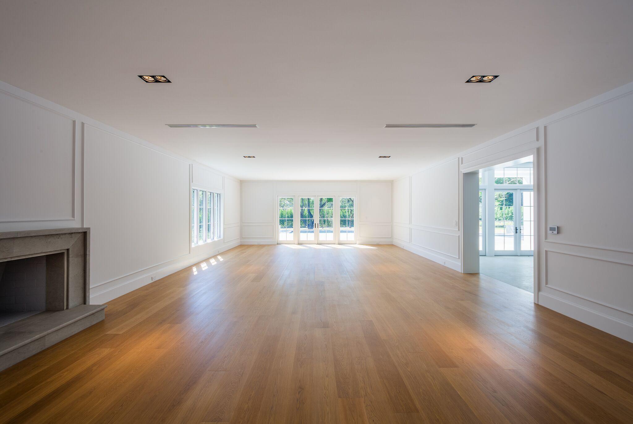 Uma enorme sala de estar com lareira