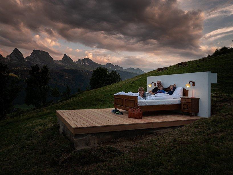 A suite tem uma cama, uma televisão e um cofre