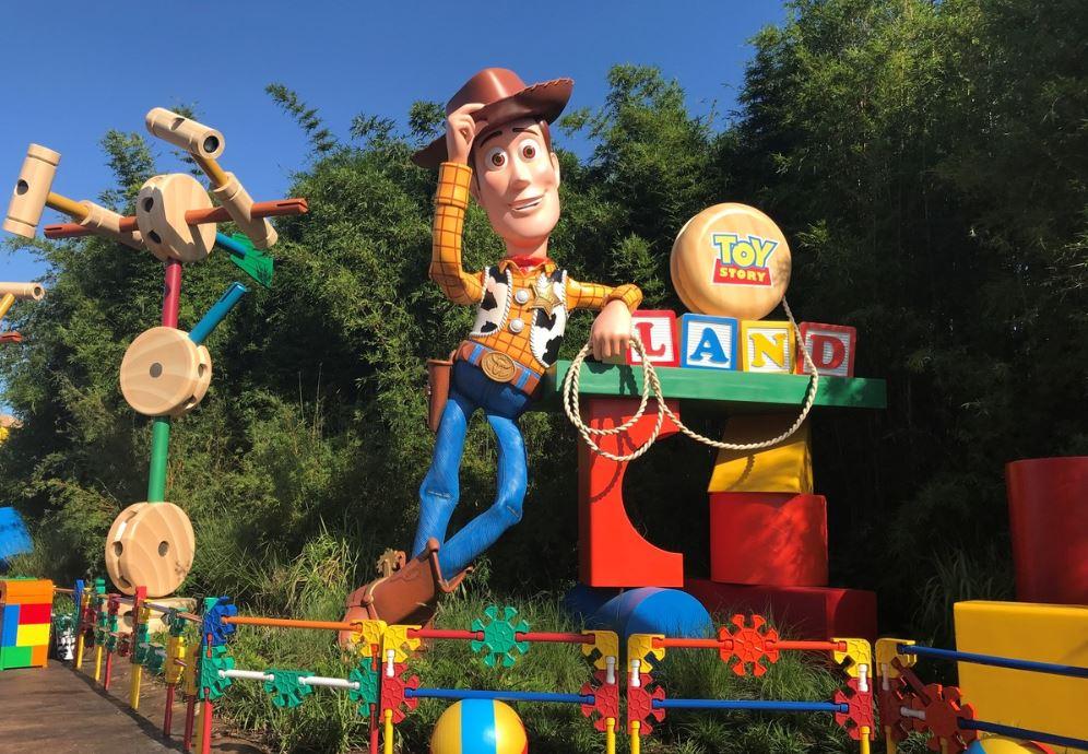 Woody dá as boas-vindas aos visitantes  / Disney Parks
