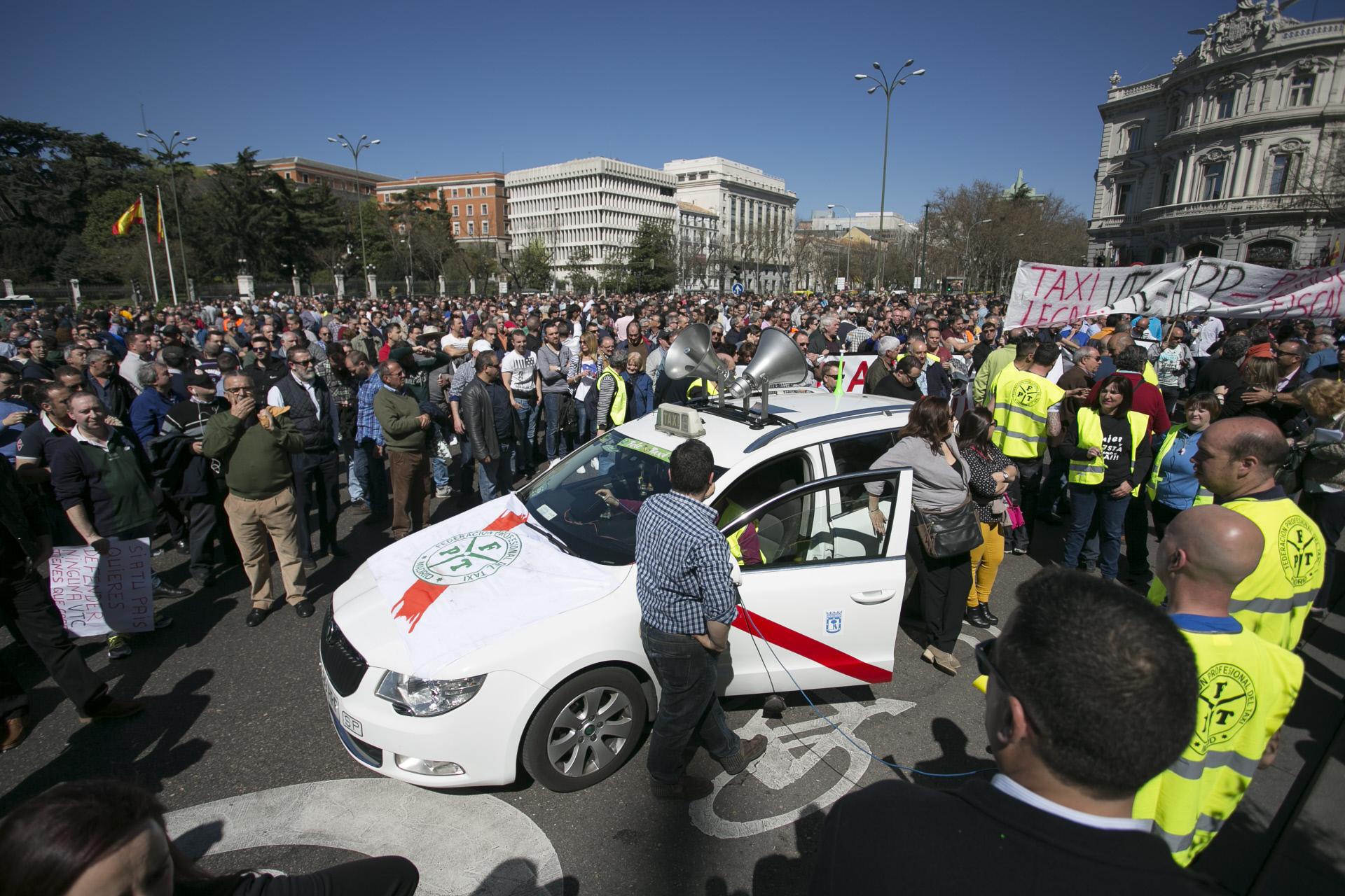 Manifestações de taxistas contra plataformas têm acontecido em vários países, como esta em Espanha (Madrid). / Gtres