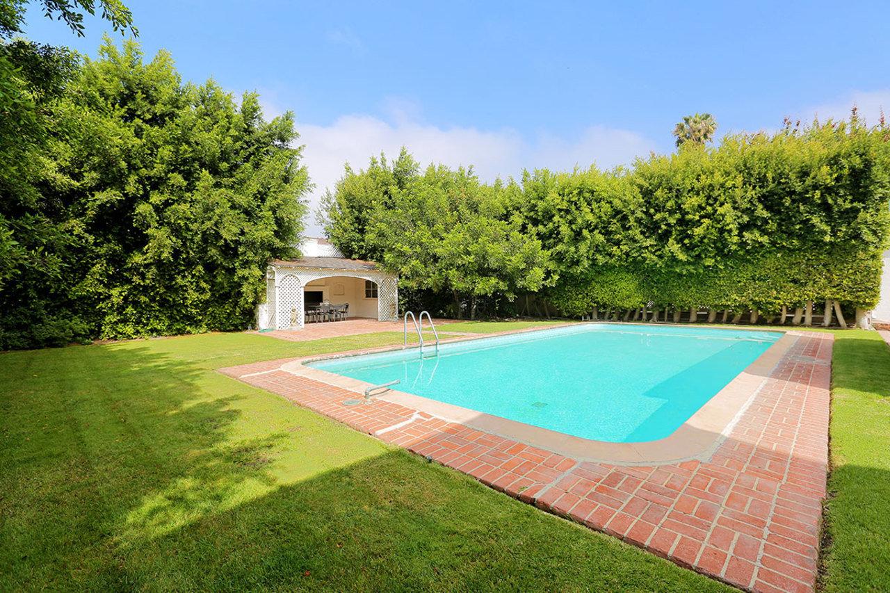 A propriedade tem amplos jardins, um poço e uma piscina