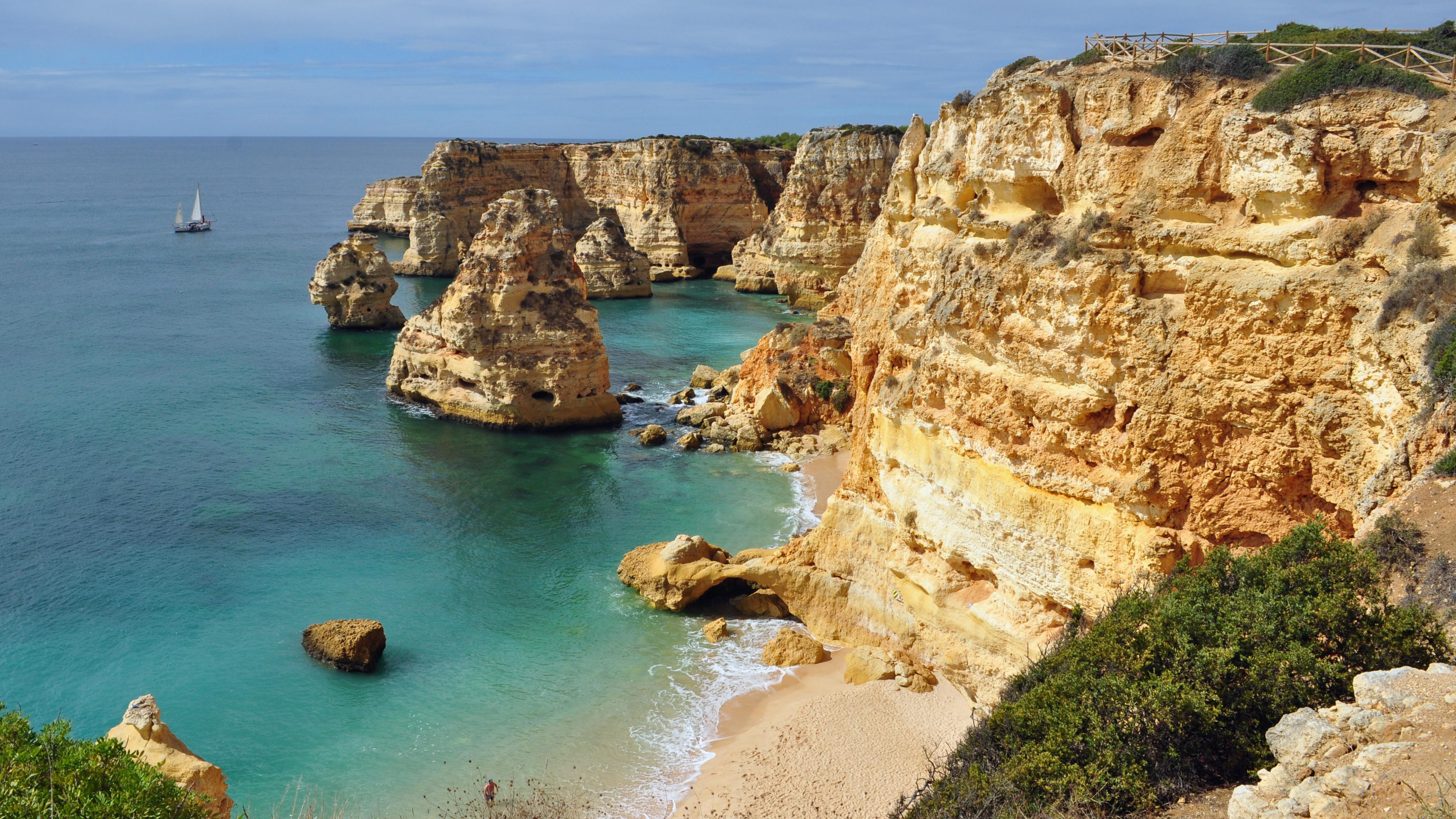 Empreendimento Golfe Praia da Marinha, a ser comercializado pelo BCP, estende-se por 3kms em frente de mar / Wikimedia commons