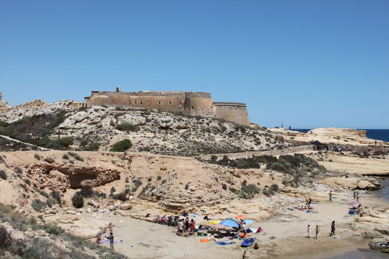 Está localizada no parque natural Cabo de Gata-Níjar, Almería