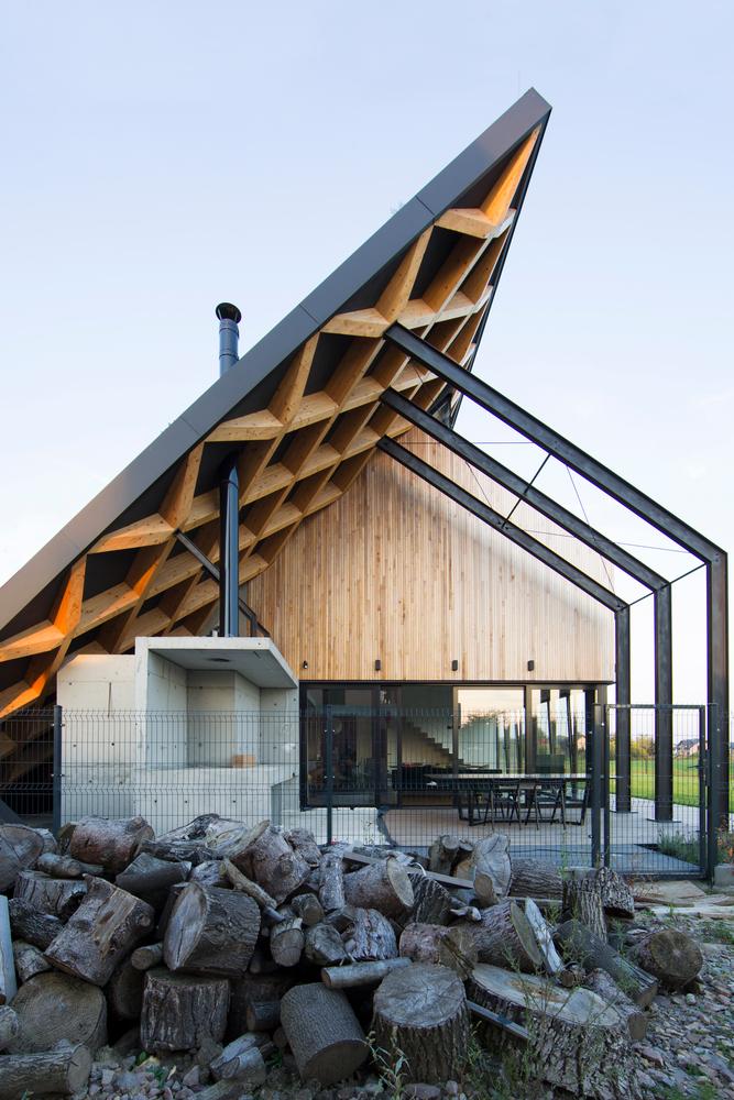 O telhado tem uma inclinação de 45 graus
