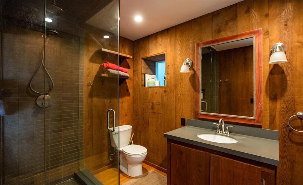 A madeira predomina a parte baixa da casa