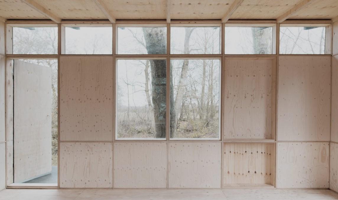 Detalhe da montagem da casa de madeira