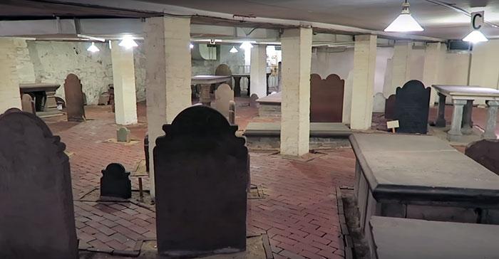 Debaixo de um bloco de apartamentos estava um cemitério de 1800
