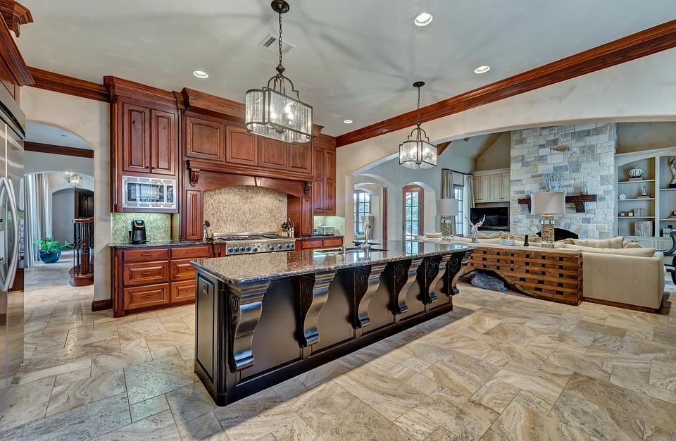 A casa tem uma ampla cozinha