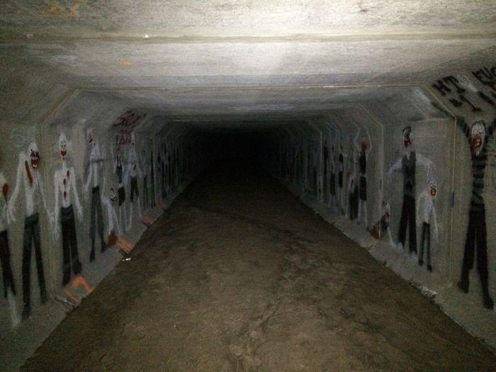Um túnel assustador debaixo de um bloco de apartamentos