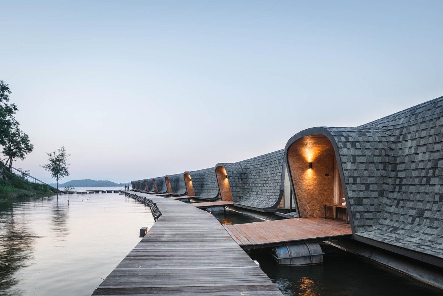 Uma 'ponte' em madeira faz a ligação entre quartos