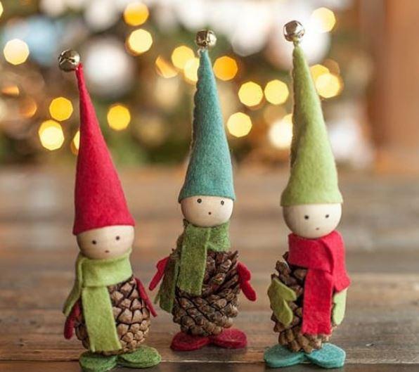 Elfos natalícios feitos com pinhas