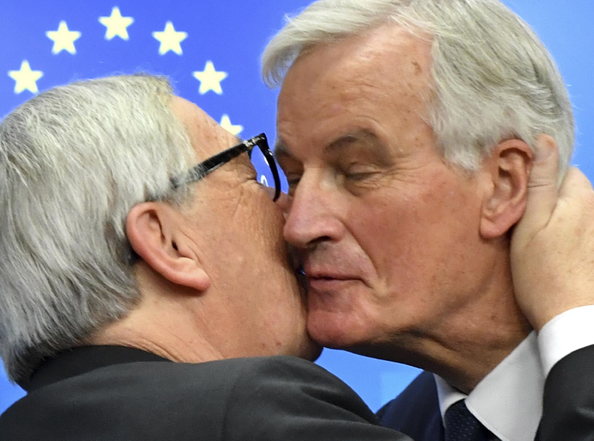 Presidente da CE, Jean Claude Juncker, beijando Michel Barnier, negociador do Brexit da UE, após acordo na cimeira da UE / Gtres