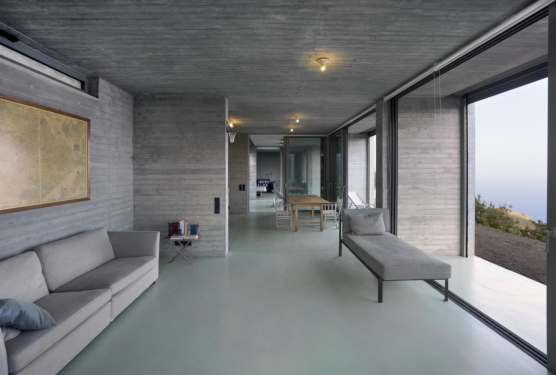 Uma espaçosa sala de estar