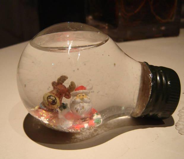 Bolas de Natal feitas com lâmpadas