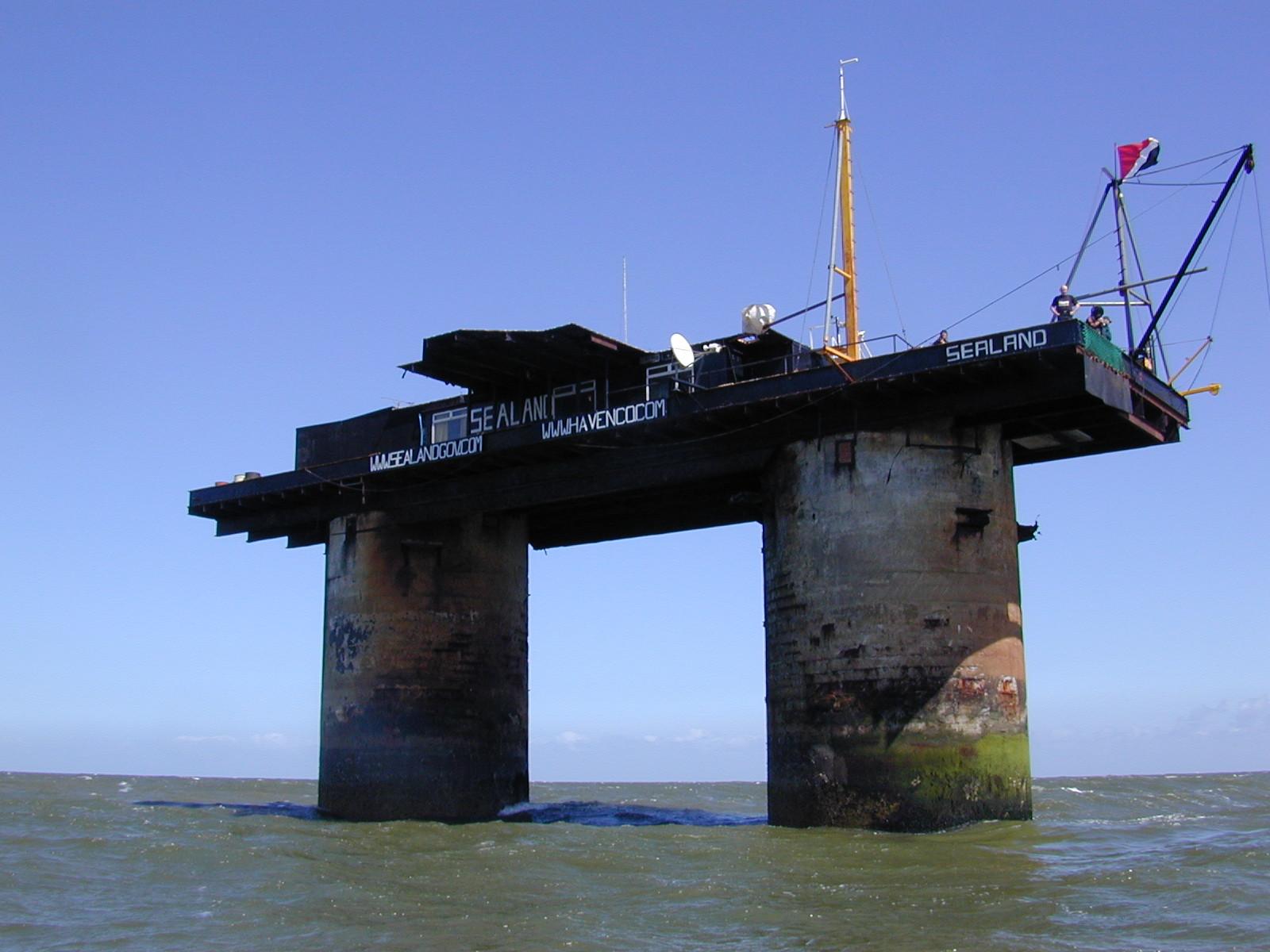 Trata-se de uma plataforma flutuante suportada por duas torres. / Wikimedia commons