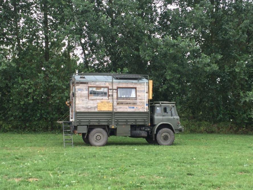 Um camião do exército sobre rodas