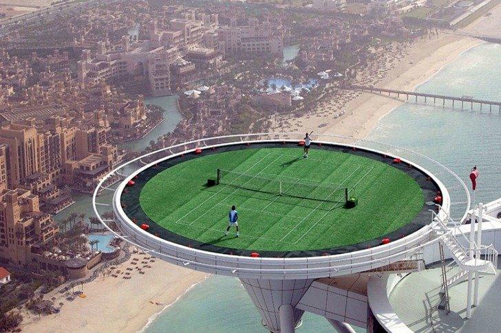 Um campo de ténis-heliporto