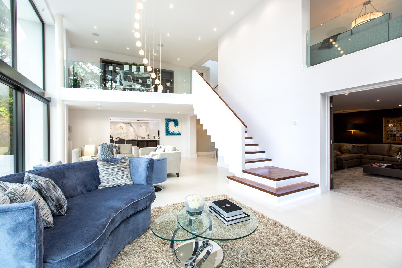Uma grande sala de estar