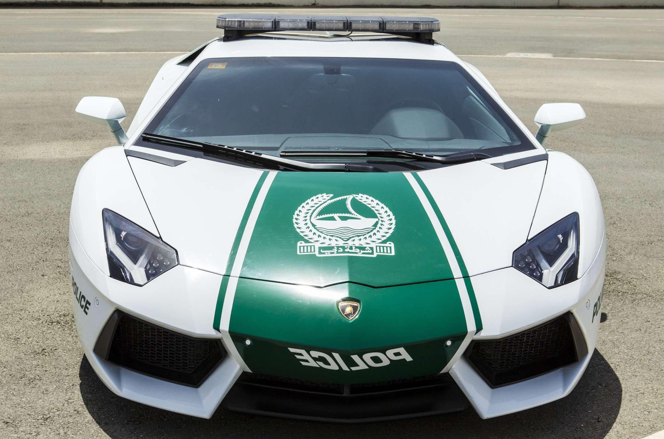 No Dubai prendem-se pessoas em... Lamborghini